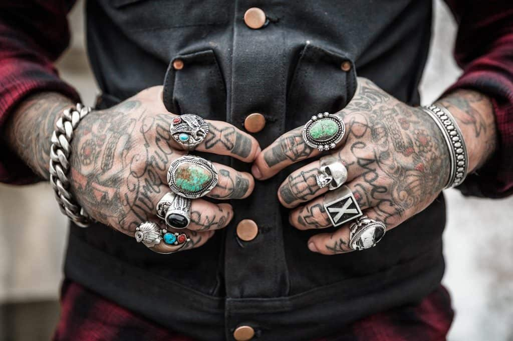 תכשיטים מזוייפים על ידיים