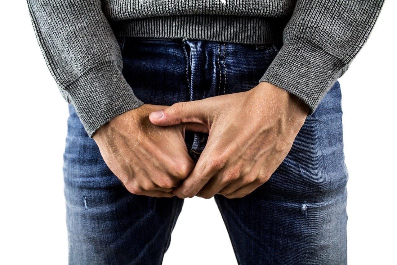 גבר מחזיק איבר מין