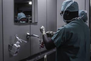 זוג מנתחים שוטפים ידיים